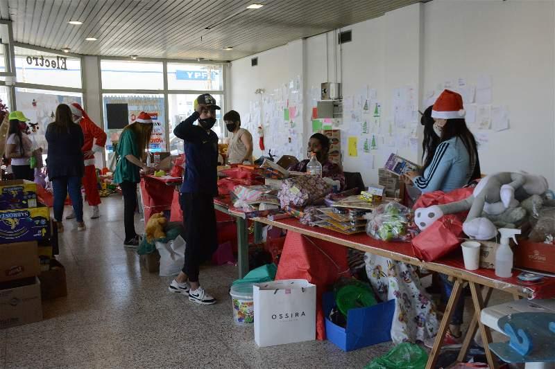 Decenas de 'duendes' voluntarios ayudan a repartir los juguetes a Papá Noel en Zapiola y Entre Ríos. FOTO: MIRTA VELÁSQUEZ / LA OPINIÓN AUSTRAL.