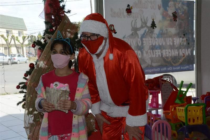 Todos los chicos y chicas se llevan un presente de Navidad. FOTO: MIRTA VELÁSQUEZ / LA OPINIÓN AUSTRAL.