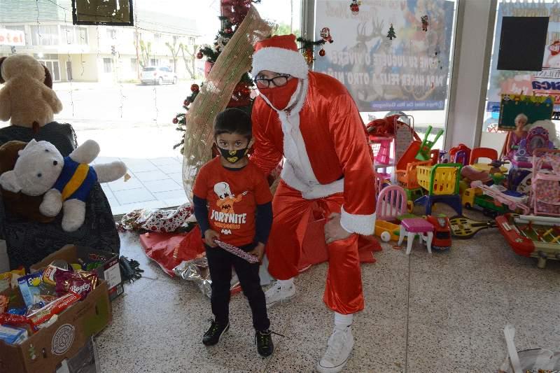 Papá Noel no le esquiva a la cámara y le da el gusto a todos los chicos. FOTO: MIRTA VELÁSQUEZ / LA OPINIÓN AUSTRAL.