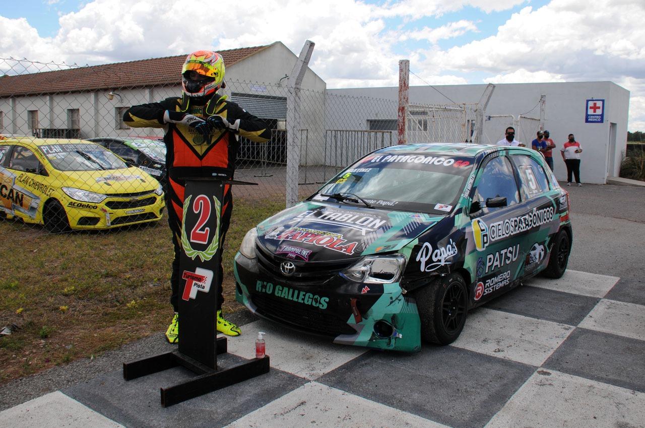 Martínez posa junto a su auto. Foto: Fabio Vignolles.