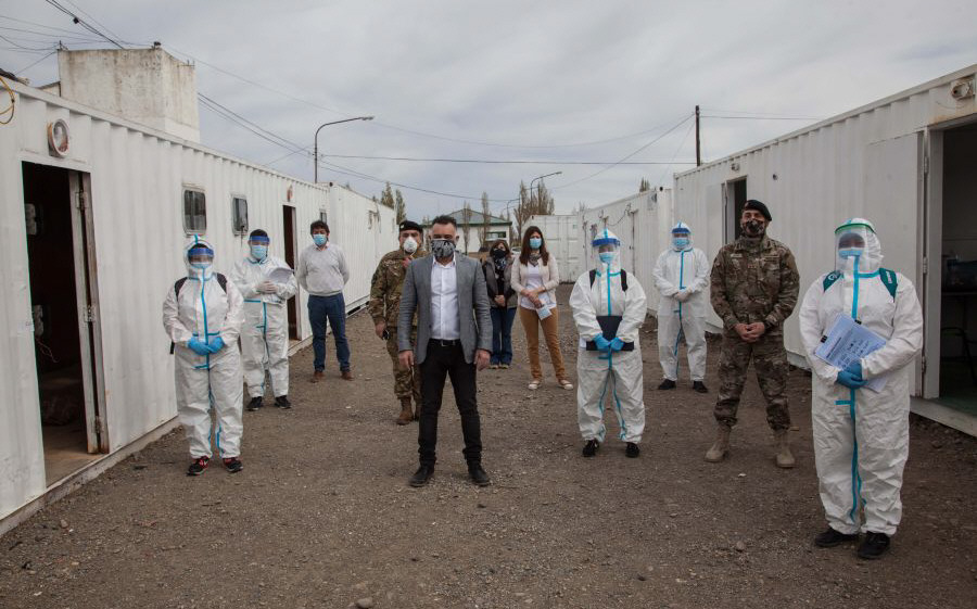 El jefe de Gabinete junto a parte de su equipo trabajando con el Ejército para combatir la pandemia.