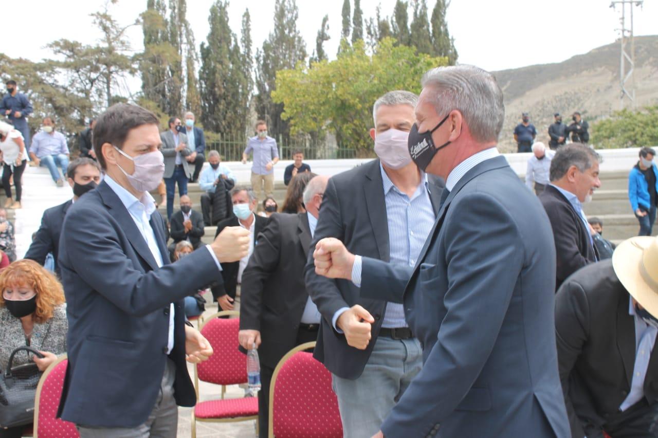Juan Martín Bulgheroni y Mariano Arcioni se saludan en los actos por el 113 Aniversario del Día del Petróleo. (Fotos Solange Alarcón/La Opinión Zona Norte)