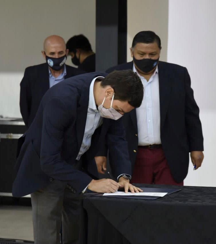Juan Martín Bulgheroni firmó el acuerdo que garantiza la continuidad de equipos en la Cuenca del Golfo San Jorge. (Foto: PAE)