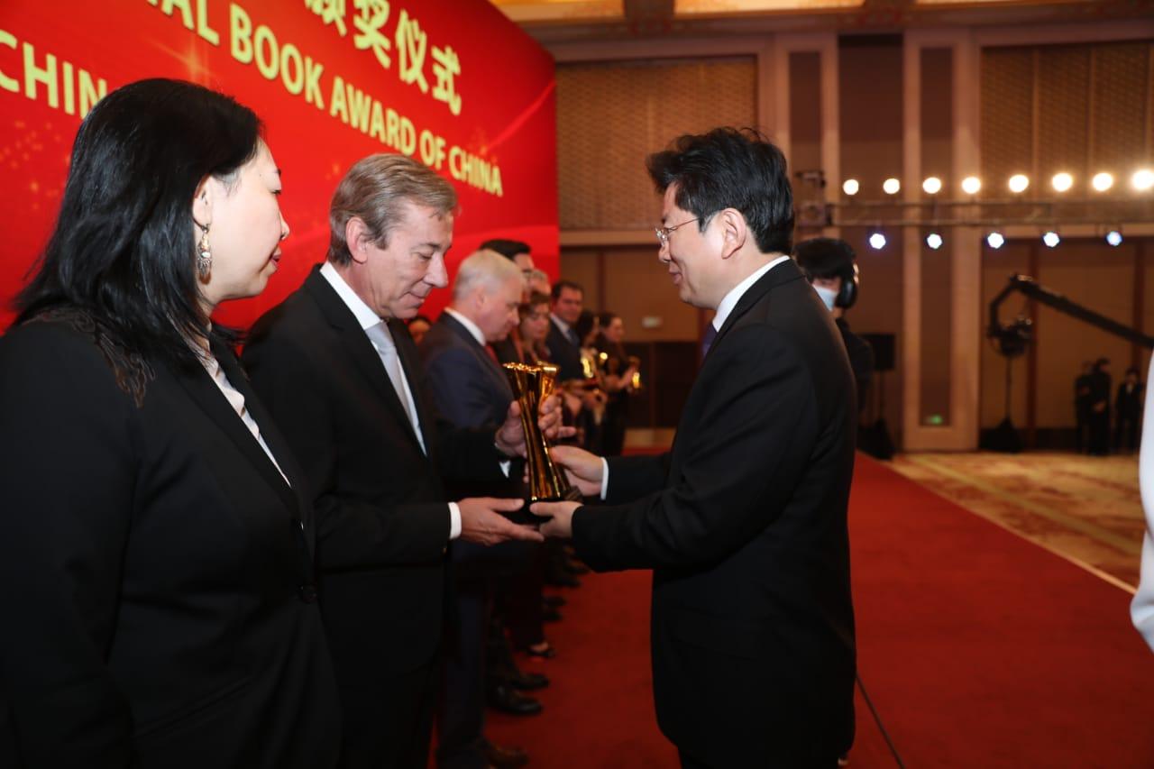 El embajador argentino ante China Luis María Kreckler recibió el premio que obtuvo Girado.
