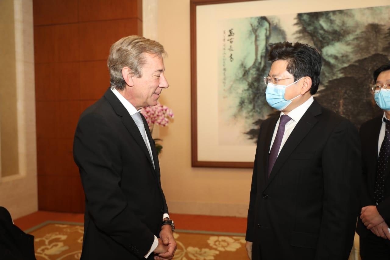 El viceministro Zhang Jianchun del Departamento Central de Propaganda junto con el embajador argentino Luis María Kreckler.