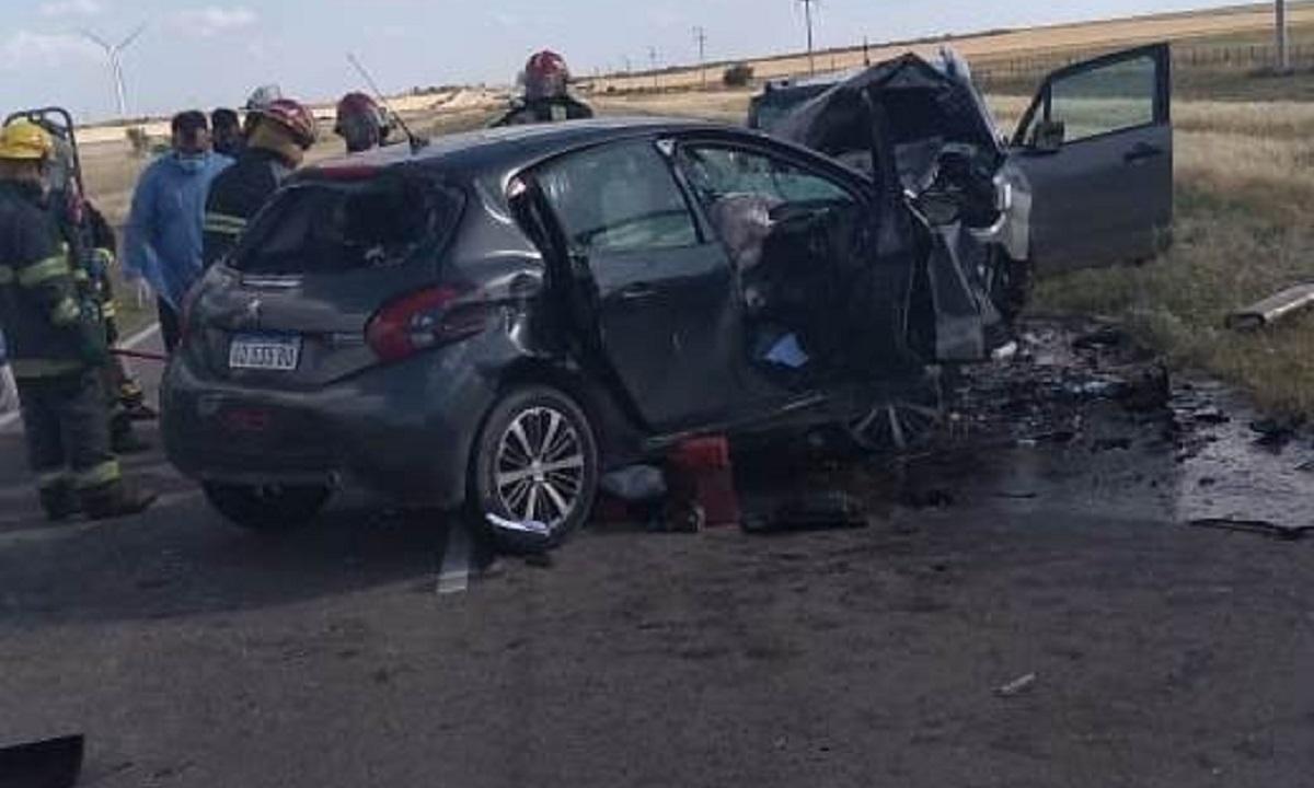 En el Peugeot viajaba la familia de Comodoro Rivadavia. Los tres miembros, incluido el bebé de 6 meses, fallecieron en el acto.