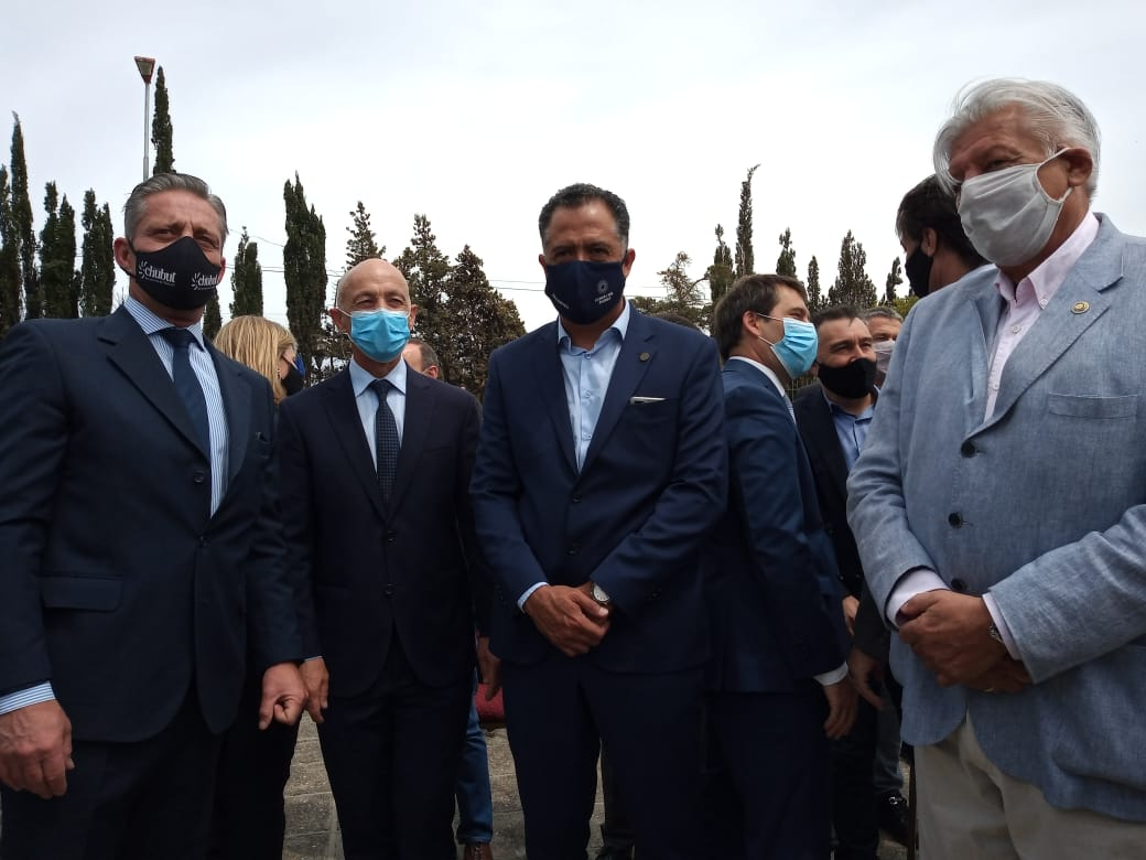 El gobernador de Chubut, Mariano Arcioni; el intendente de Caleta Olivia, Fernando Cotillo y el vicegobernador de Santa Cruz Eugenio Quiroga, en la previa al acto del Día del Petróleo.