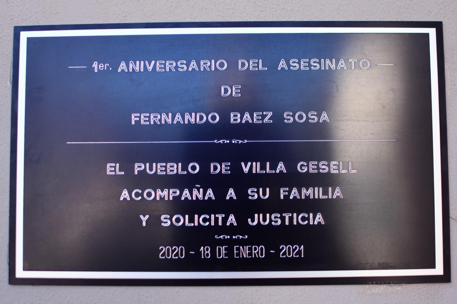 La placa que colocaron frente al boliche de Villa Gesell donde asesinaron a Fernando Báez Sosa.<br