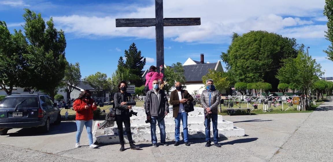 A 24 años del crimen de Cabezas, reporteros gráficos se reunieron en el cementerio de Río Gallegos. FOTO: LA OPINIÓN AUSTRAL