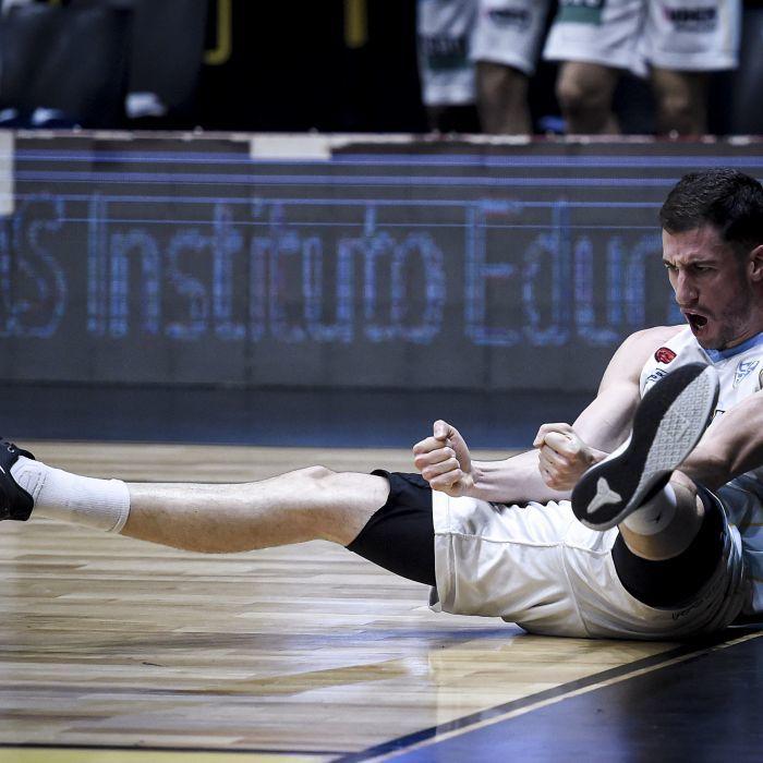 Bruno Sansimoni tirado en el piso tras convertir el último doble del partido. FOTO: MARCELO ENDELLI / LA LIGA