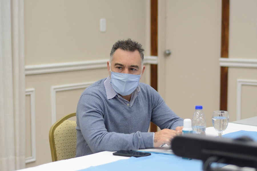 Leonardo Álvarez acompañó a la gobernadora durante la videoconferencia.