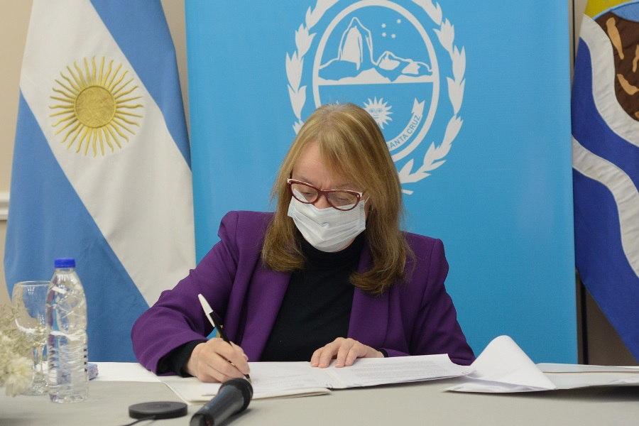 Alicia Kirchner rubricó los convenios con el Ministerio de Desarrollo y Hábitat.