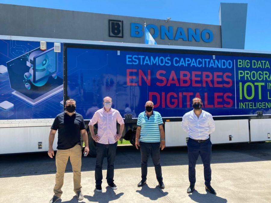 Referentes de Santa Cruz junto al dueño de la fábrica.