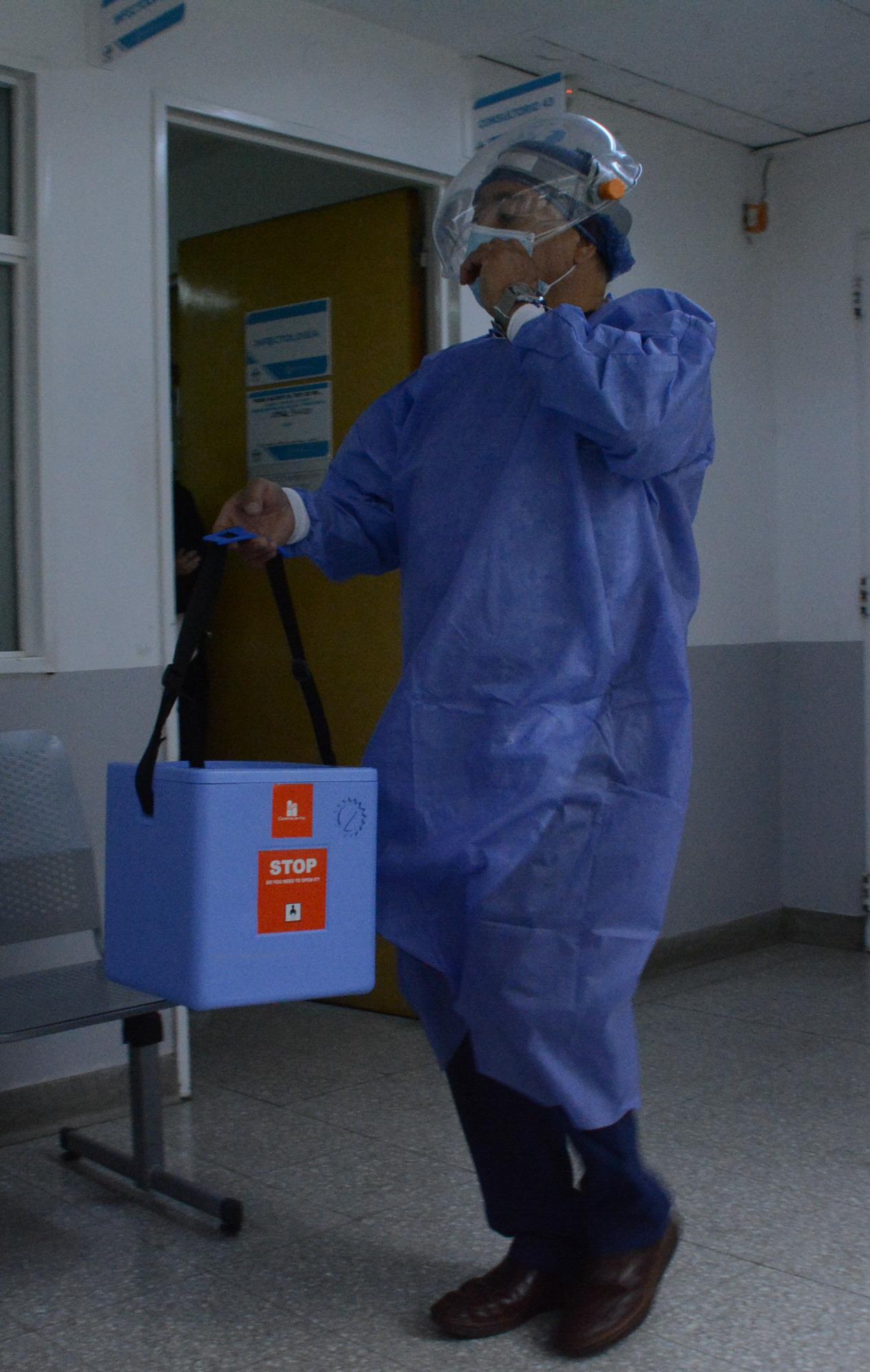 El arribo de las dosis al Hospital Regional. FOTO: JOSÉ SILVA/LA OPINIÓN AUSTRAL