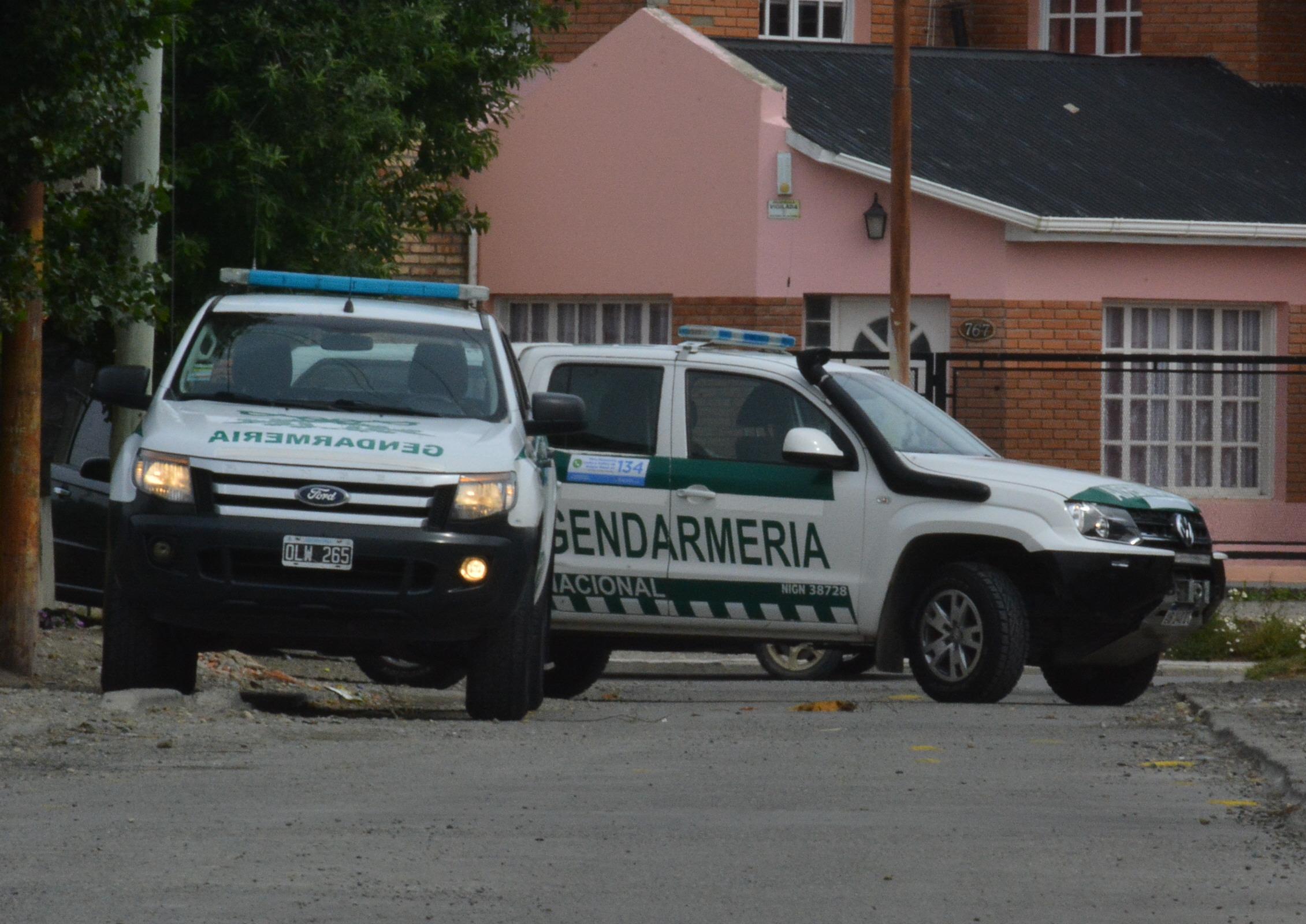 Las fuerzas cortaron el paso por unas horas mientras se hacía el allanamiento. FOTO: MIRTA VELÁSQUEZ/LA OPINIÓN AUSTRAL