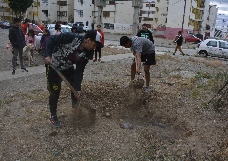 En el barrio Belgrano murieron el último martes 3 canes, que los propios vecinos se encargaron de enterrar. FOTO: MIRTA VELÁSQUEZ/LA OPINIÓN AUSTRAL