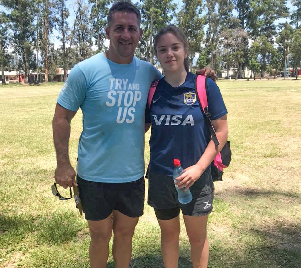 Avril Rahmer junto a Emilio Valdez, coach de las juveniles de Las Pumas.