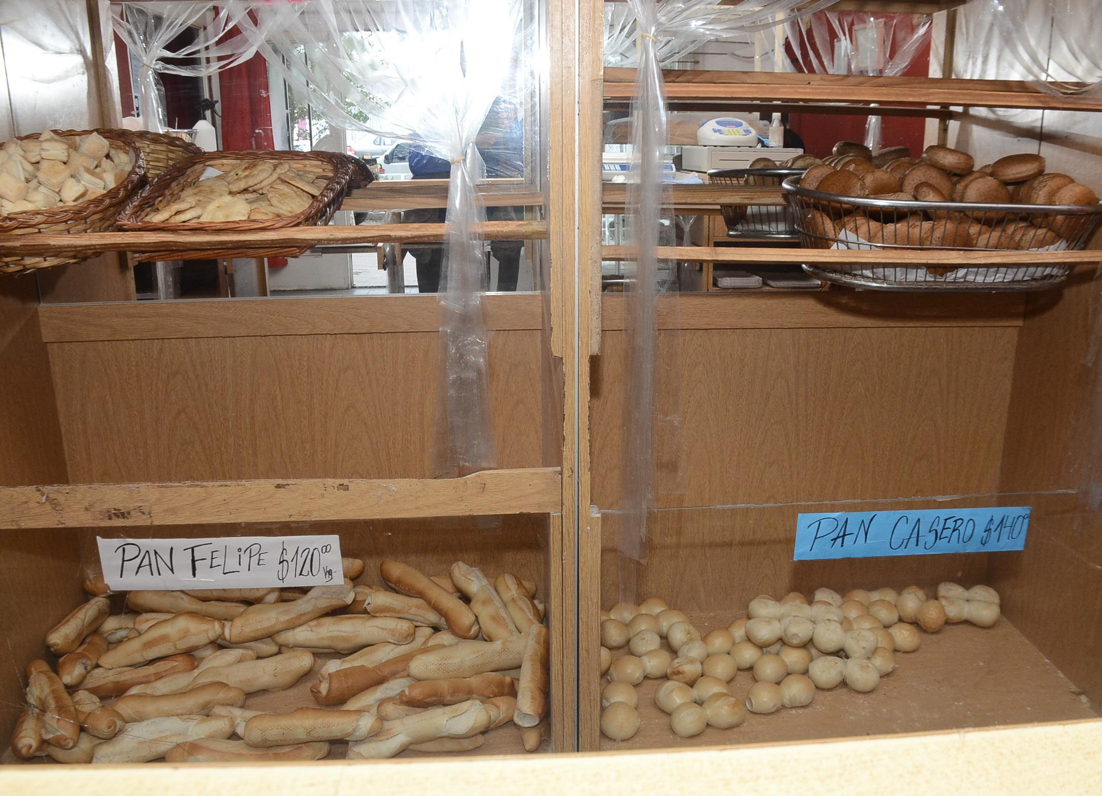 En el barrio Del Carmen hay comercios que ofrecen el kilo de pan a $ 120. Foto: José Silva / La Opinión Austral