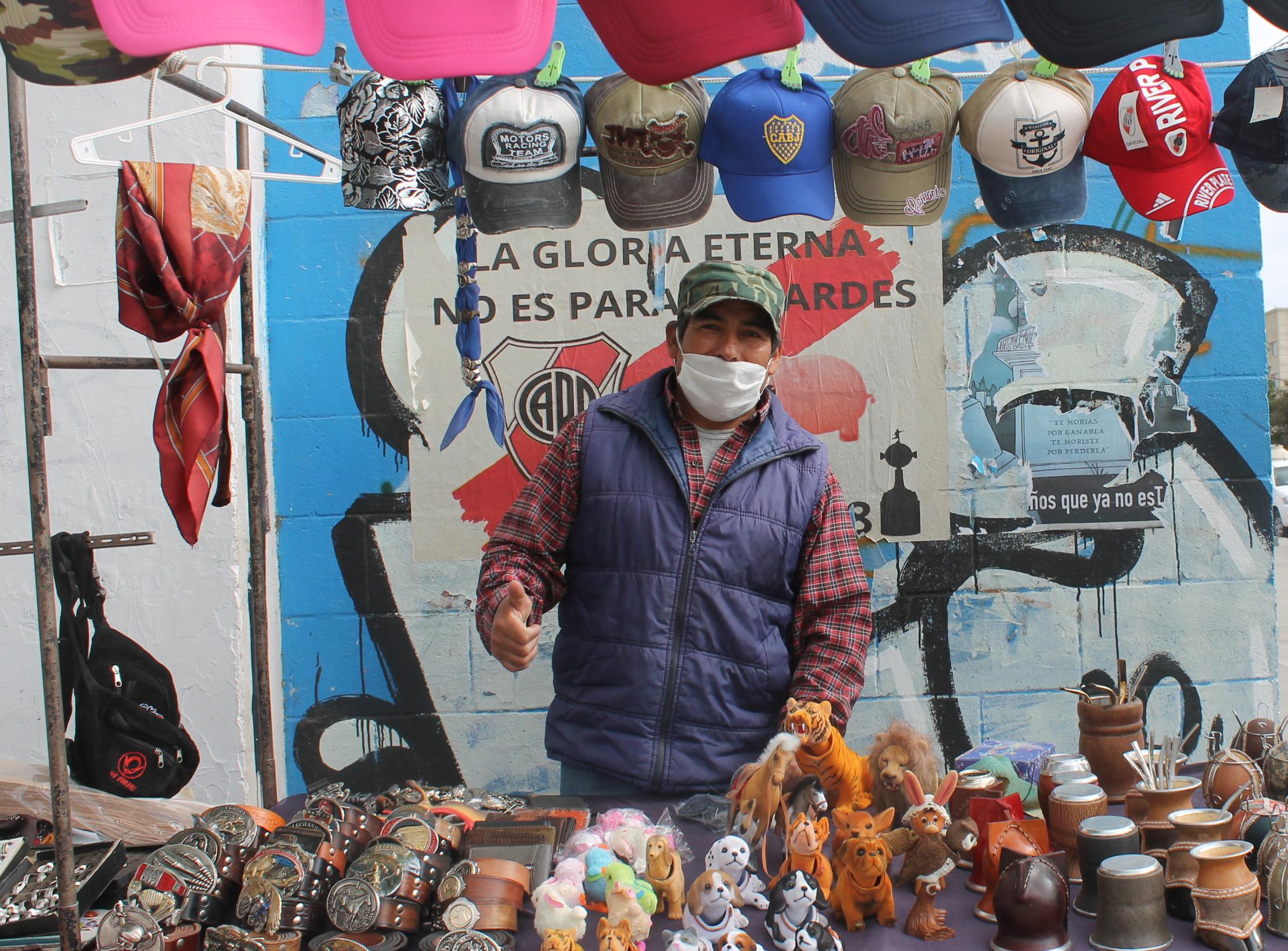 AMBULANTE. Vendedores trabajan respetando las medidas: Foto: Solange Alarcón/La Opinión Zona Norte