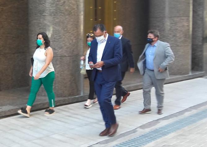 El vicegobernador y Fernando Cotillo a su llegada al Ministerio de Obras Públicas. FOTO: VÍCTOR ANZORENA/ENVIADO ESPECIAL