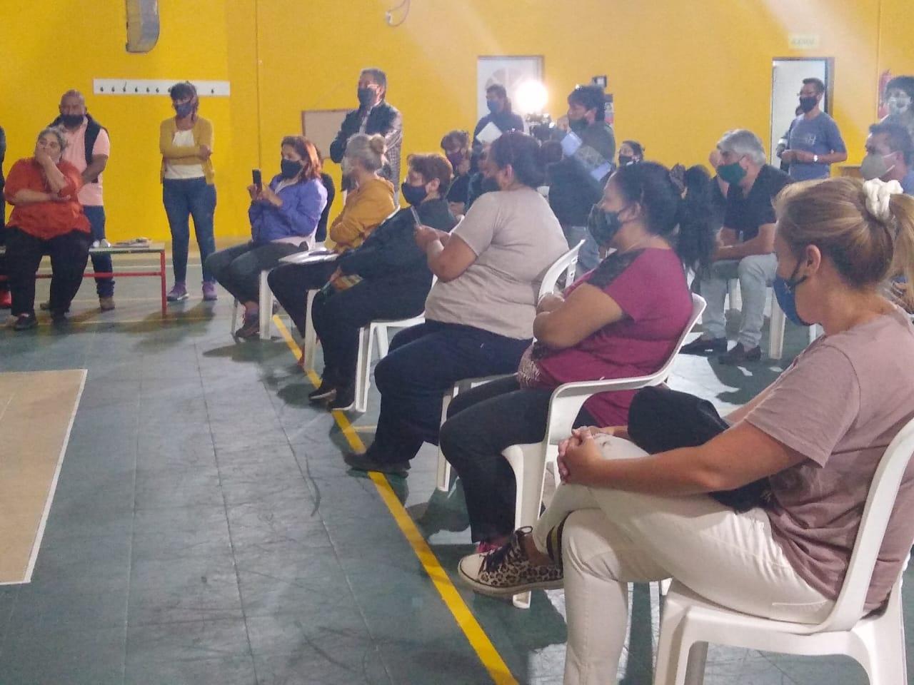 Los representantes de los distintos barrios siguieron atentamente la explicación del titular de SPSE. (FOTO: SOLEDAD ALARCÓN).
