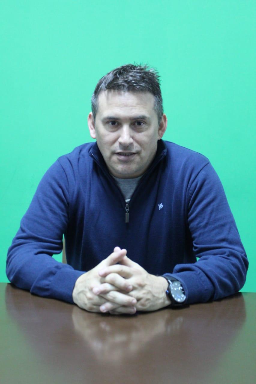 Leonardo Mata, en las oficinas del club. FOTO: MATÍAS BARRIENTOS / LA OPINIÓN AUSTRAL