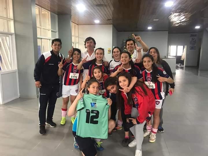 Camila junto a sus compañeras de San Lorenzo de Perito Moreno.