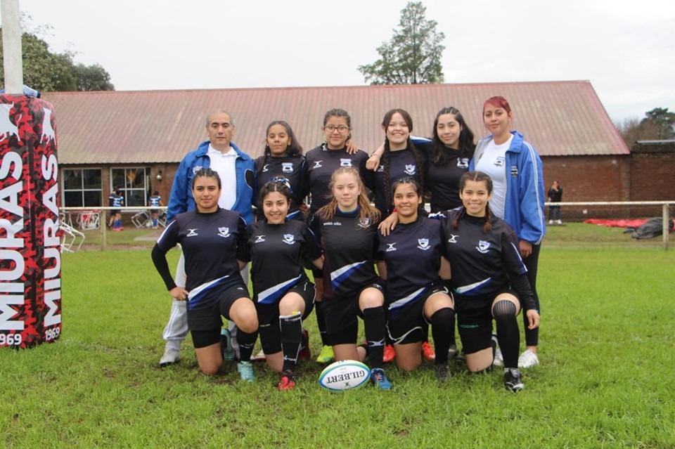 Avril junto a sus compañeras de rugby en COSEBA.