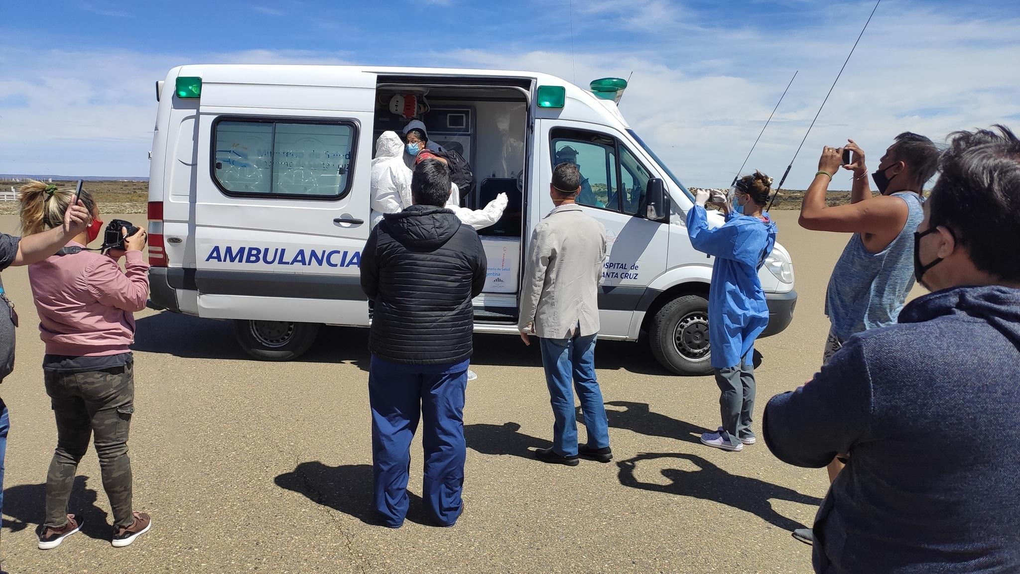Las dosis se trasladaron desde el aeropuerto al hospital de Puerto Santa Cruz.