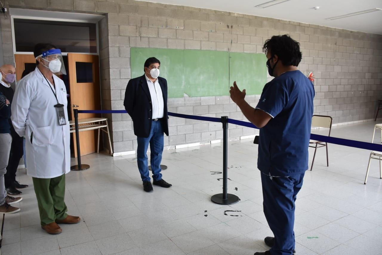 El ministro Claudio García tuvo oportunidad de conversar personalmente con los médicos a cargo.