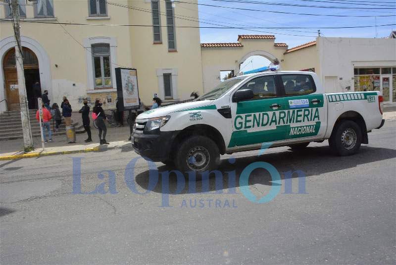 El momento del operativo en el correo oficial de Río Gallegos. FOTO: JOSÉ SILVA / LA OPINIÓN AUSTRAL.