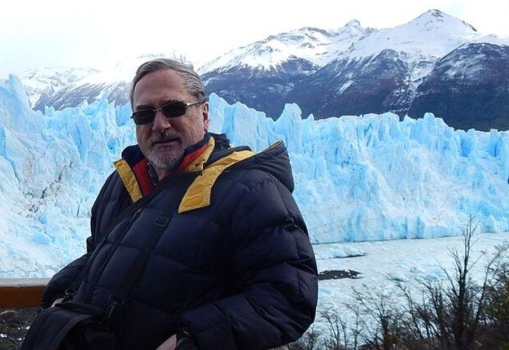 Jorge Rabassa, investigador y geólogo del CONICET, con el glaciar Perito Moreno de fondo.
