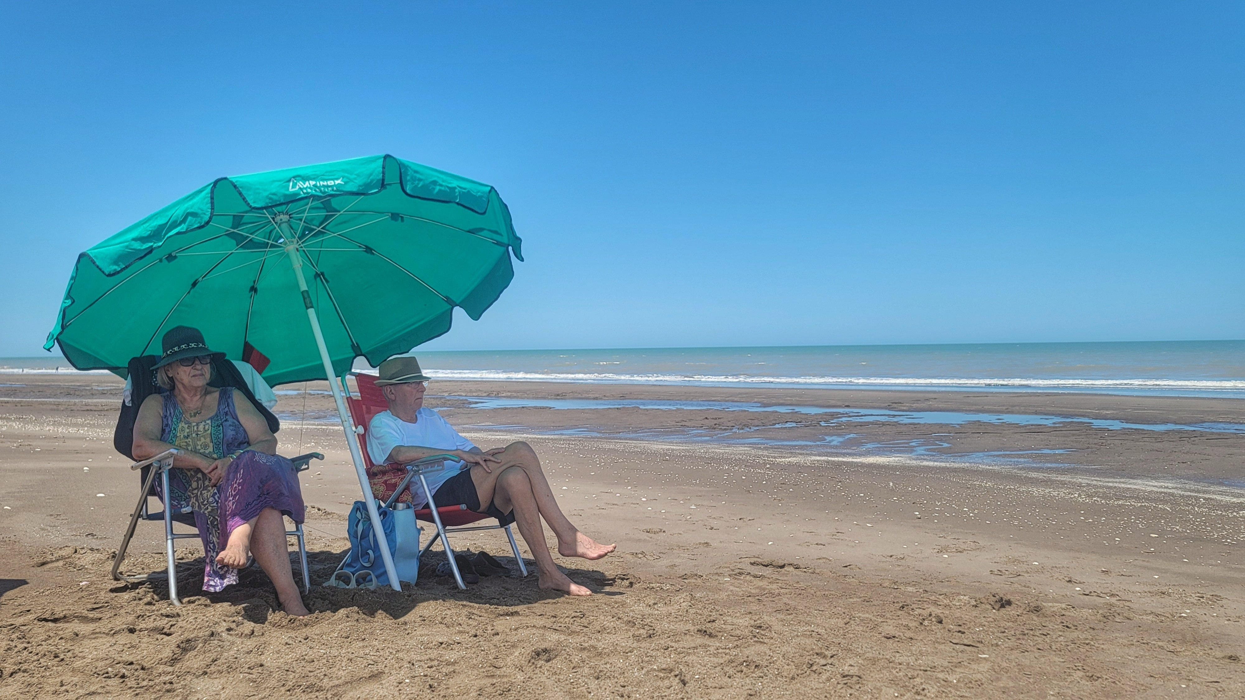 Papá y mamá: disfrutan de una tarde en la playa.