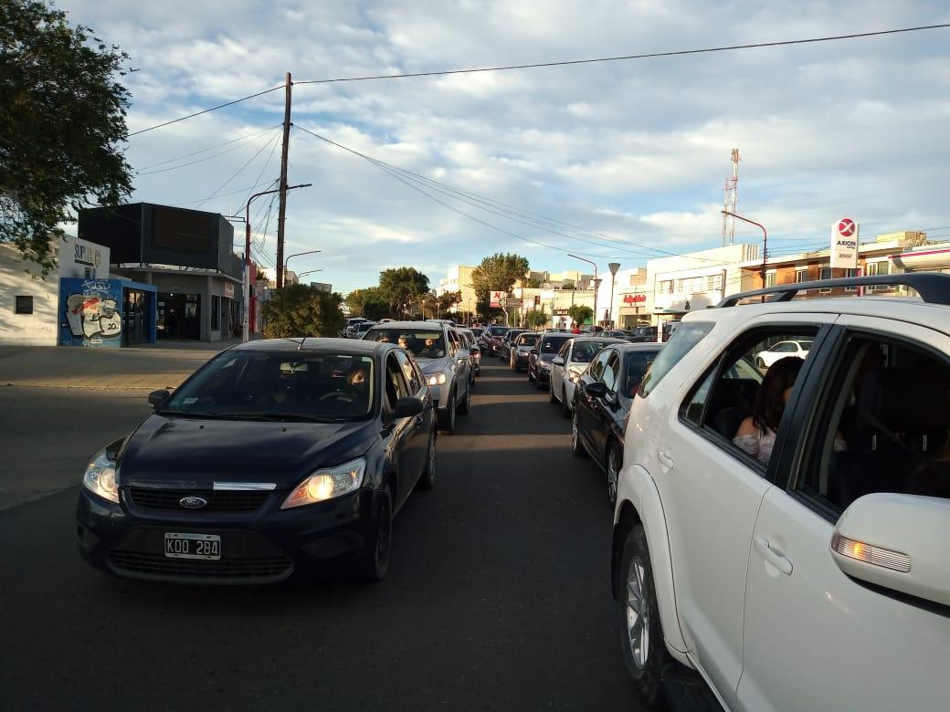 Muchas personas decidieron no bajar de los autos para hacer el reclamo por el agua potable en Caleta Olivia. FOTO: NATALI VEGA / LA OPINIÓN ZONA NORTE.