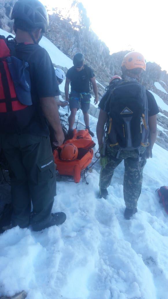 El trabajo de los rescatistas en el cerro. FOTO: EL CORDILLERANO
