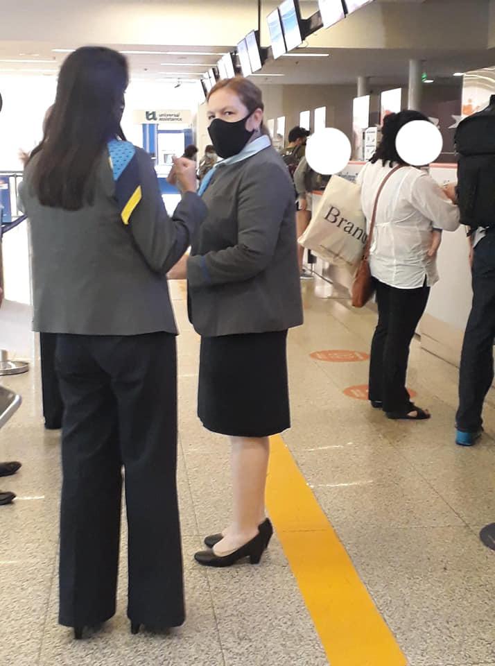 Nadia y Tamara fotografiaron a la supervisora que no les permitió tomar el avión de regreso a Río Gallegos.