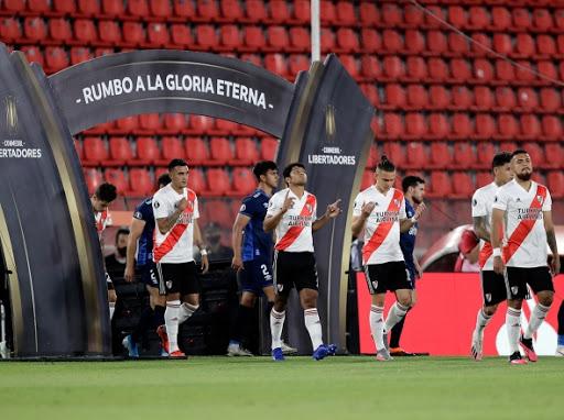 River ingresando al campo de juego en los cuartos de final ante Nacional.