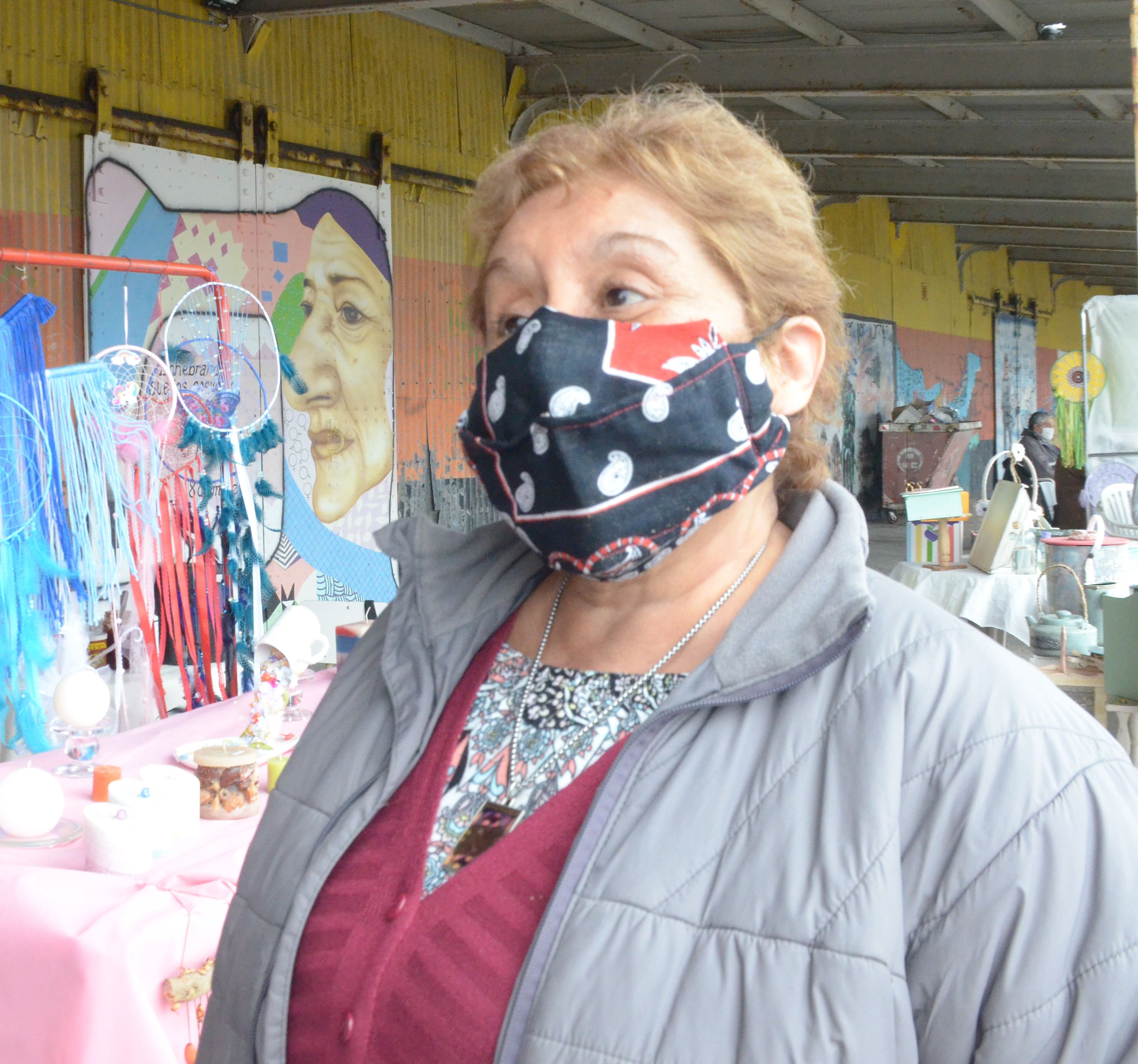 Rosa Muñoz, artesana del galpón costero. FOTO: MIRTA VELÁSQUEZ7LA OPINIÓN AUSTRAL