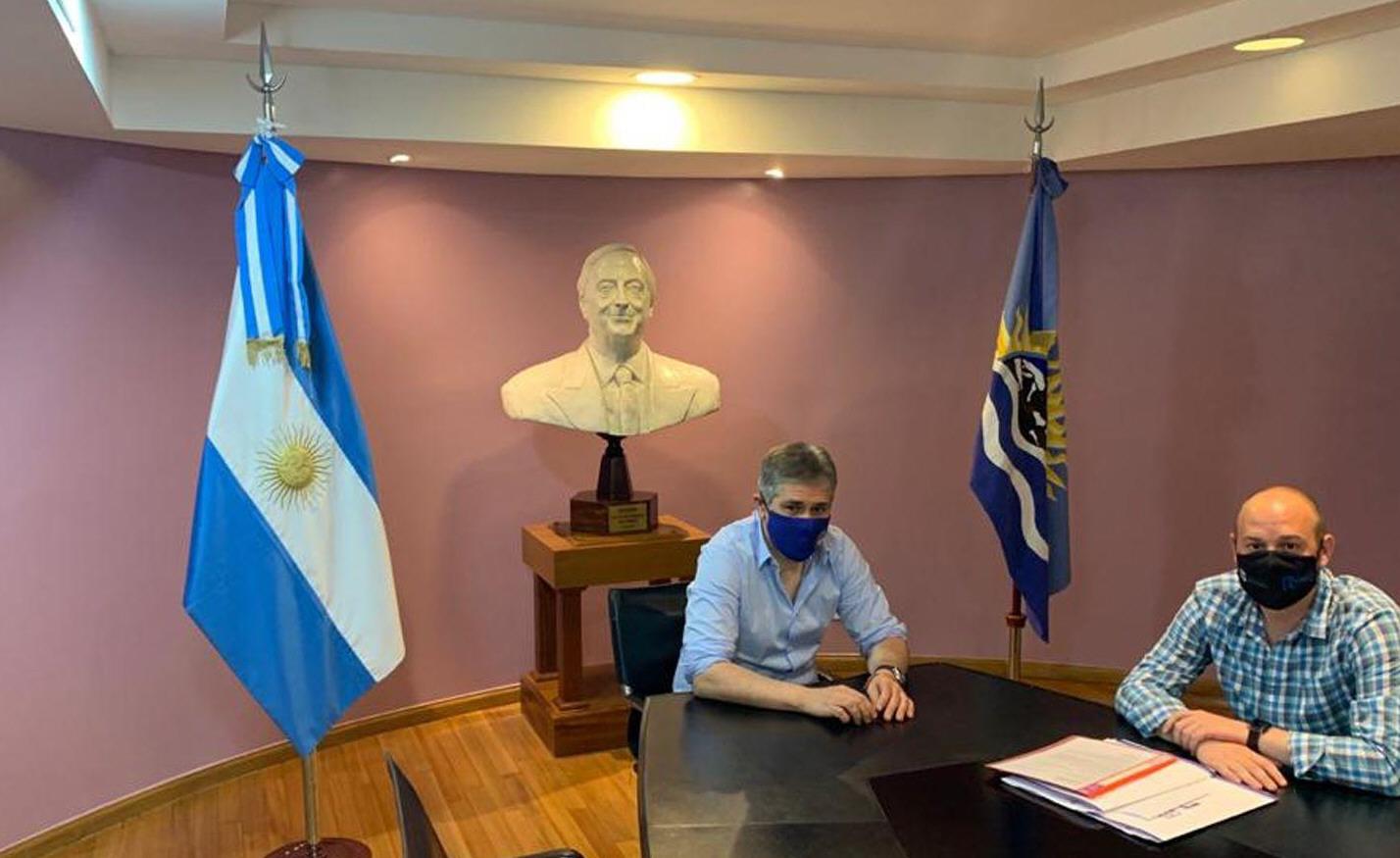 Mientras prepara su desembarco en YPF, Pablo González recibió a Menna. De fondo, un busto de Néstor Kirchner.