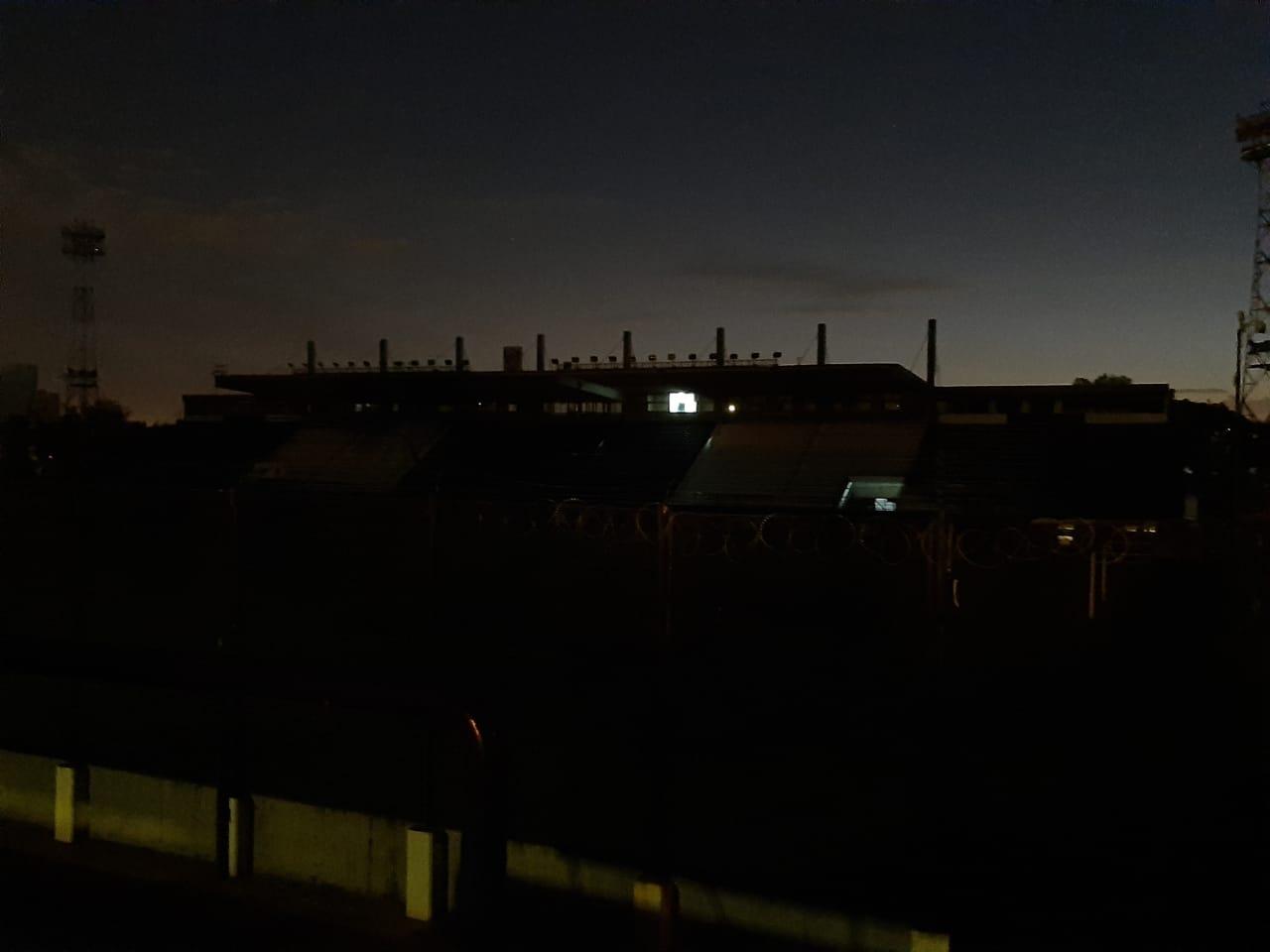 En la noche de este domingo, en el estadio encendieron la cabina desde la que transmitía Di Blasi.