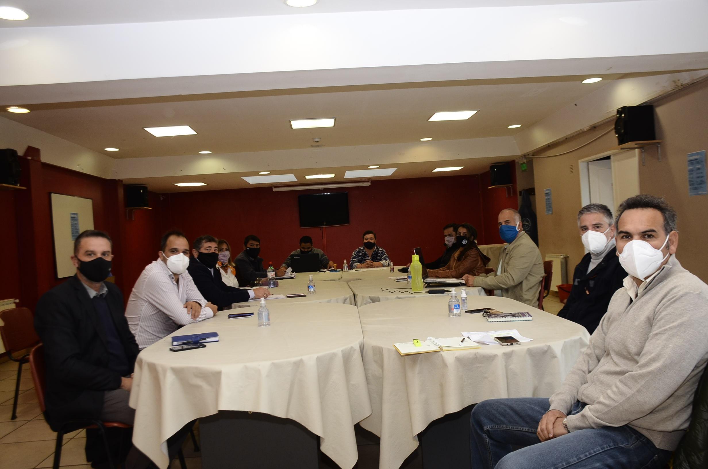 Mesa de paritaria docente en instalaciones de Fomicruz en Río Gallegos. FOTO: JOSÉ SILVA/LA OPINIÓN AUSTRAL