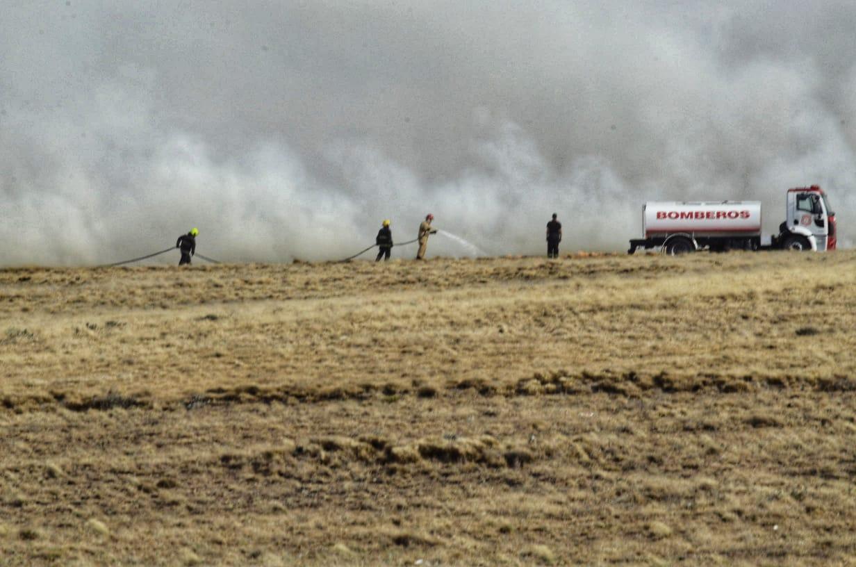 Hubo un incendio de pastizales y el temporal empeoró las condiciones. Foto: José Silva / La Opinión Austral