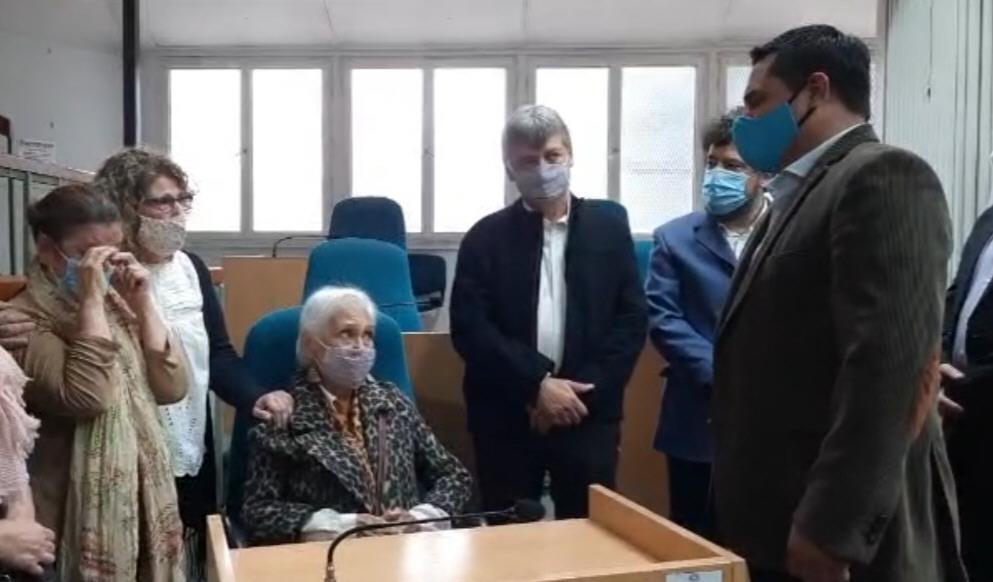 Emotivo momento en el que Chávez se acerca a saludar a Claudia Guerra y a la madre de Pérez Gallart.