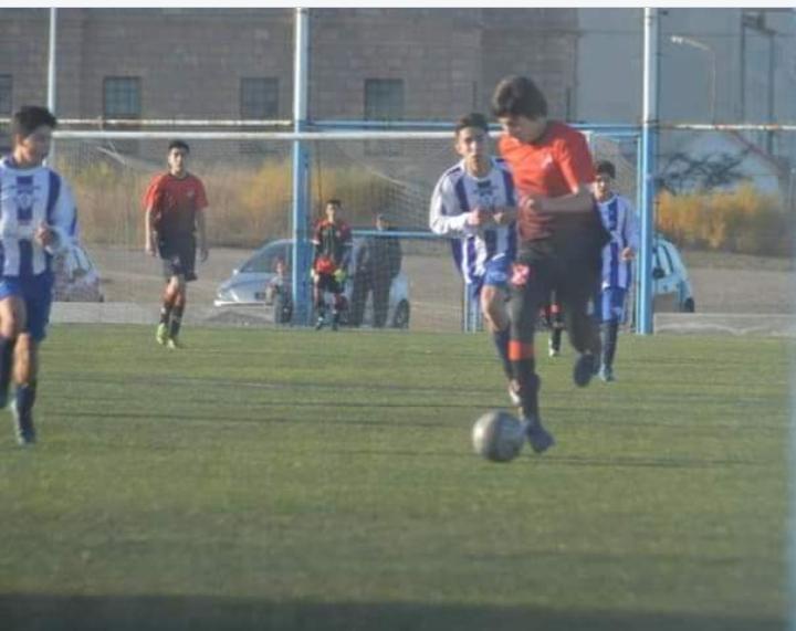 Alejandro defendiendo los colores de Deseado Juniors.