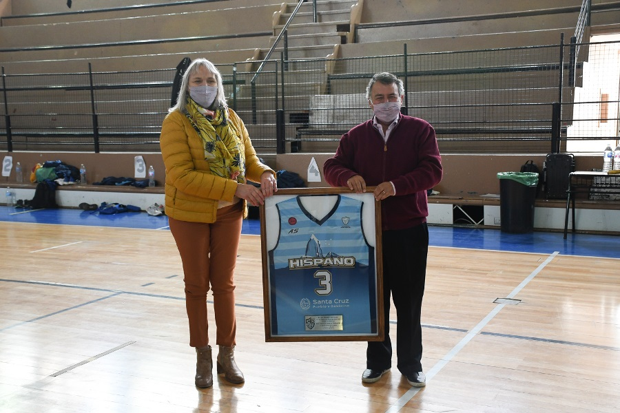 Weinzettel recibió un cuadro con la camiseta del Celeste. FOTO: GOBIERNO SANTA CRUZ