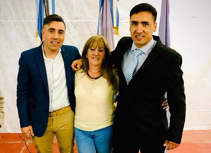 Claudio 'Tele' Barría, junto a su hermano Daniel y su madre.