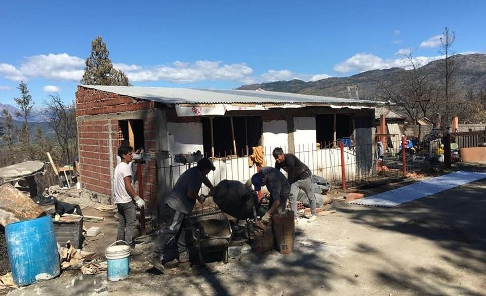 Manos a la obra. Se organizan para ayudar a los damnificados por los incendios. FOTO: MAXI VALLE.