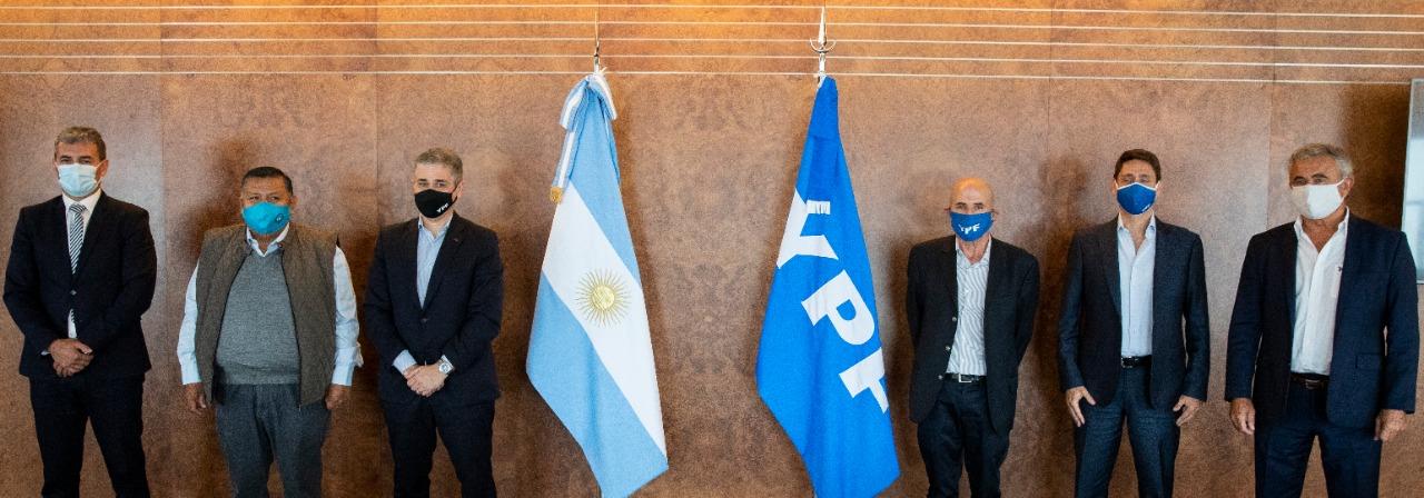 Los directivos de YPF junto a los titulares de los sindicatos petroleros de Chubut