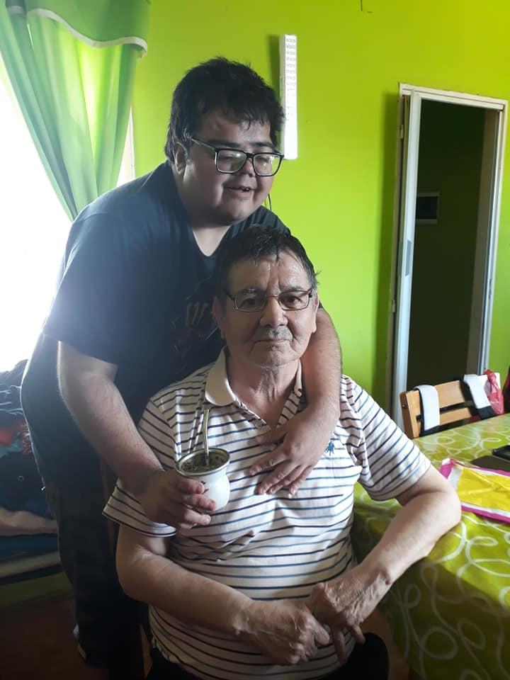 Mauricio junto a su abuelo Ramón, una persona importante para él.