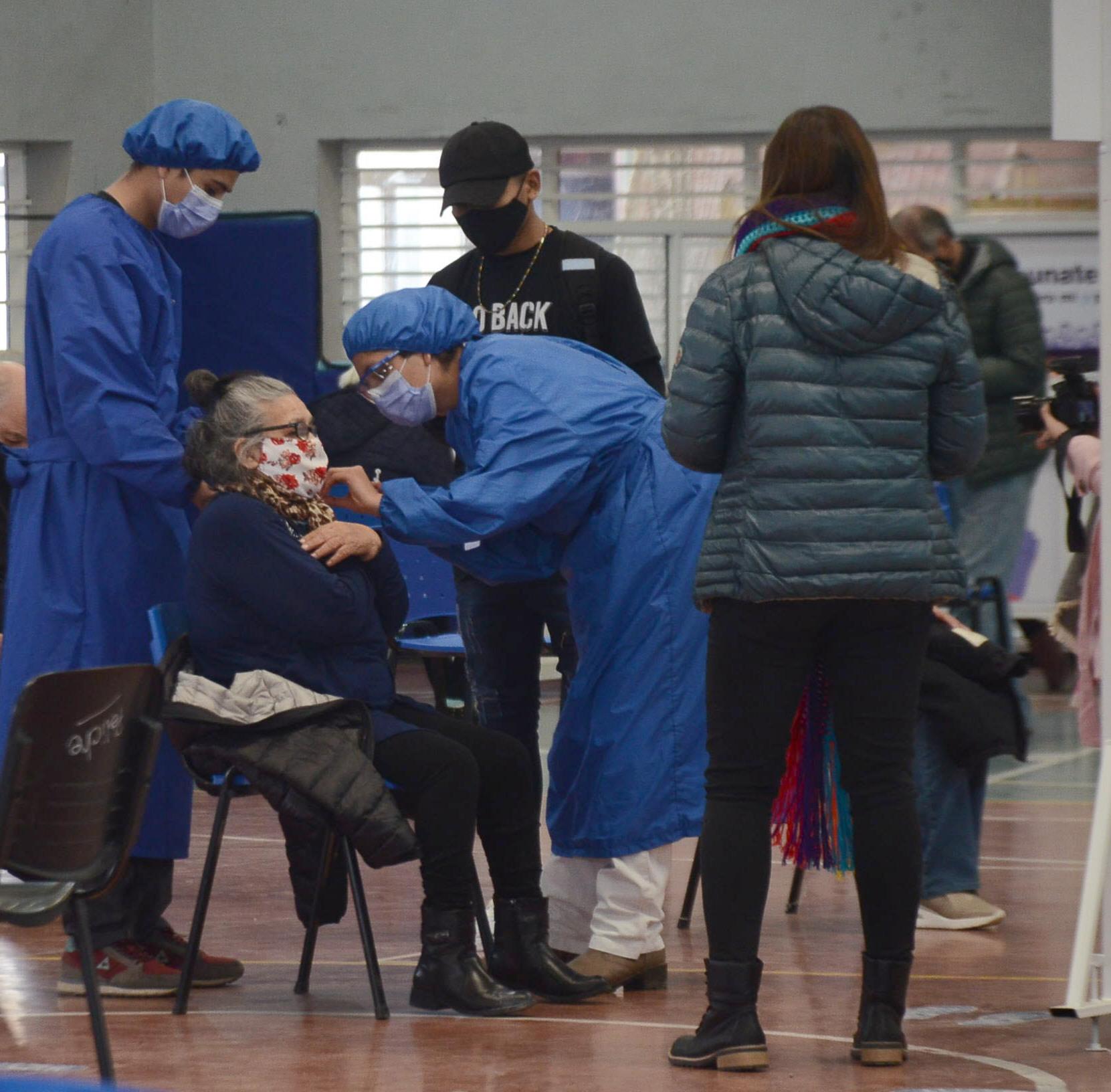 Los mayores de 64 años son vacunados contra el virus. Foto: José Silva/La Opinión Austral
